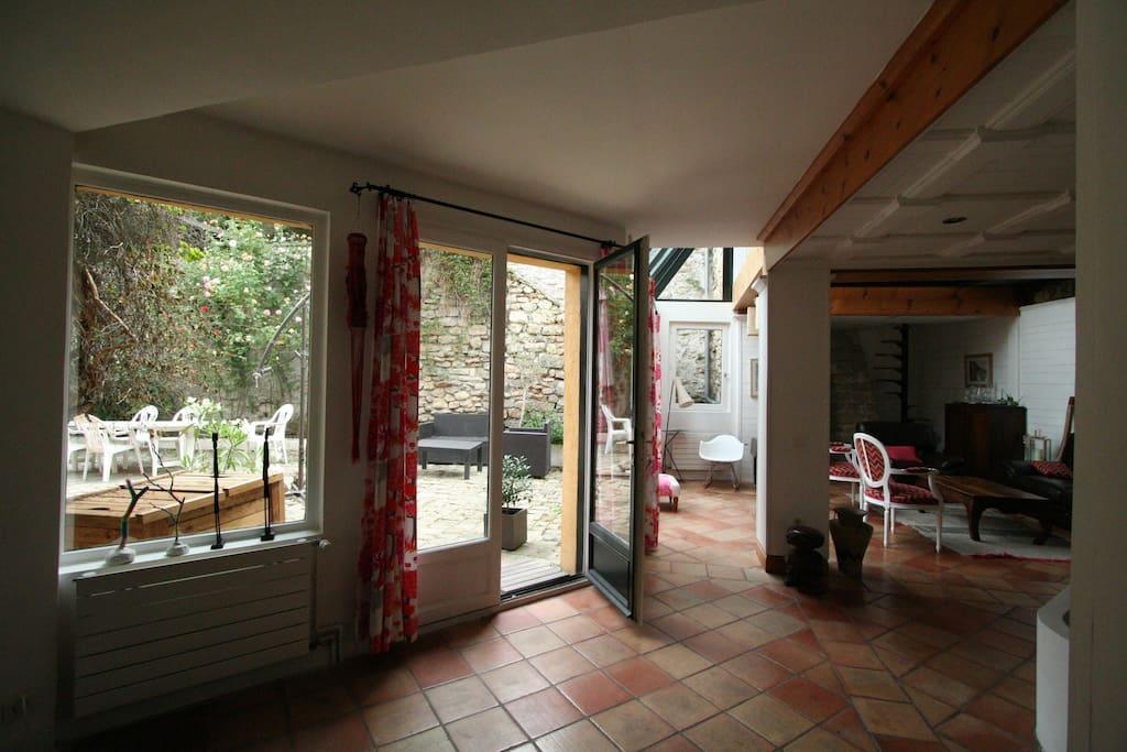 Salon ouvert sur cour extérieure