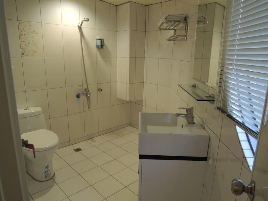 客房浴廁,提供盥洗用具及毛巾