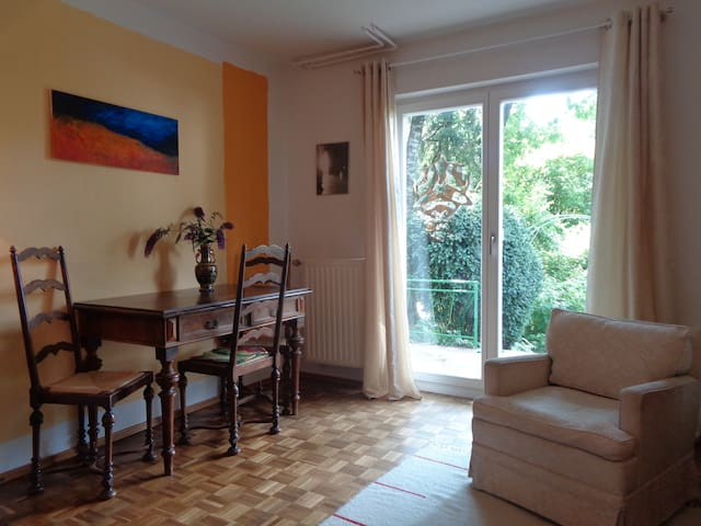 Erdgeschoss-Wohnung mit großem Naturgarten Dez/Jan - München