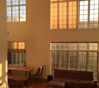 Large 3 Bedroom / 3 Bathroom Duplex with Deck - Appartement
