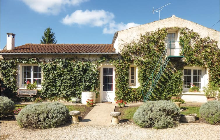 Semi-Detached with 2 bedrooms on 58m² in Salles lés Aulnay