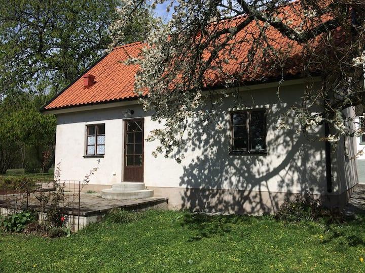 Lantligt gårdshus 25 minuter från Visby
