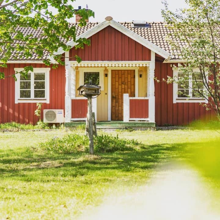 Mysigt hus med utsikt över Siljan och byn Alvik.