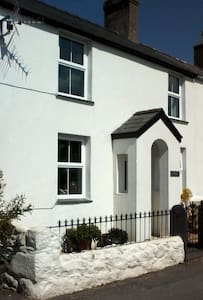 Charming cottage B and B - sleeps up to 2 people - Llanarmon - Bed & Breakfast