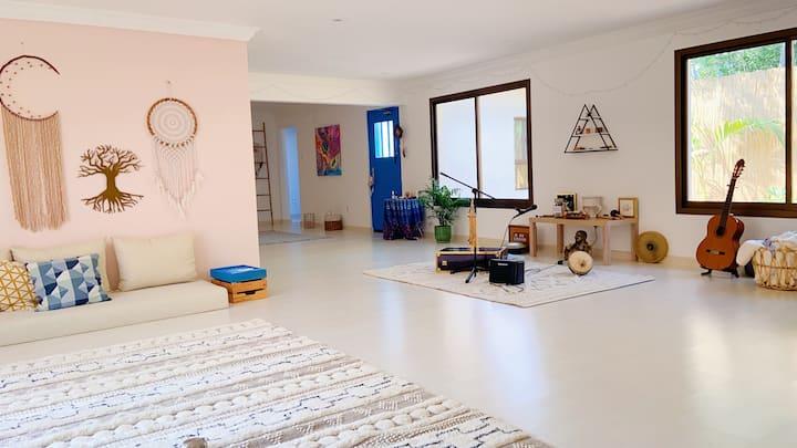 Cozy room in a bohemian villa, close to beach