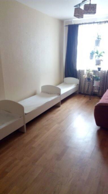 Спальня 1 с двуспальным диваном и тремя односпальными кроватями