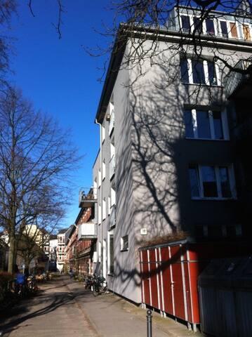 Hier der Eingang zum Haus, der auch der Eingang zur ersten Falkenriedterrasse ist.
