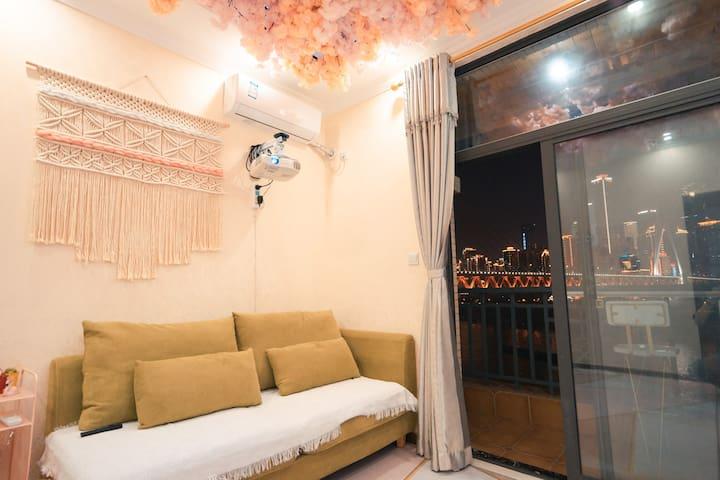 舒适的沙发,家庭影院级投影,手工挂毯