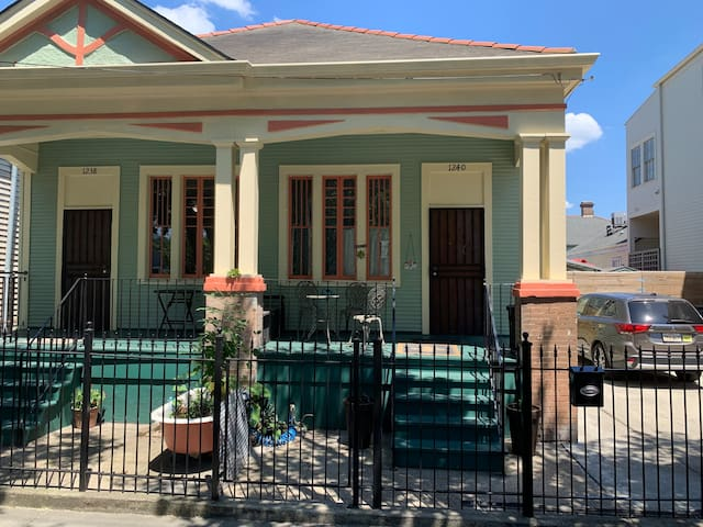 Magazine St Gem with POOL 1 bed, bath + kitchen