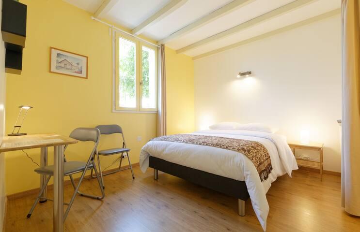 Chambre jaune dans gîte du Gers proche Toulouse