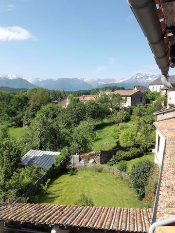 Grande maison avec vue sur la chaîne des Pyrénées