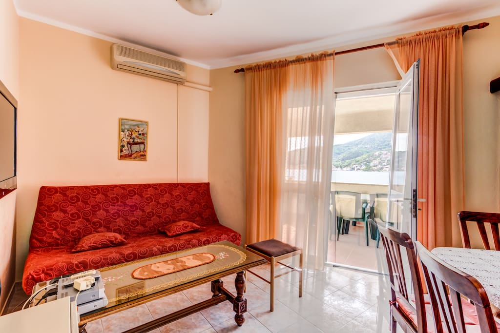 In the living room there is a sofa with a pull-out mechanism, TV with cable TV, air conditioning and exit to the terrace that offers view of the bay.