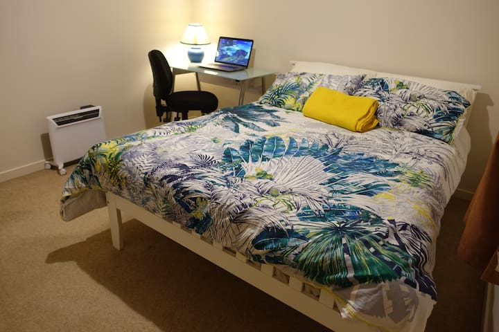 Cozy Room - close to Wellington CBD & airport