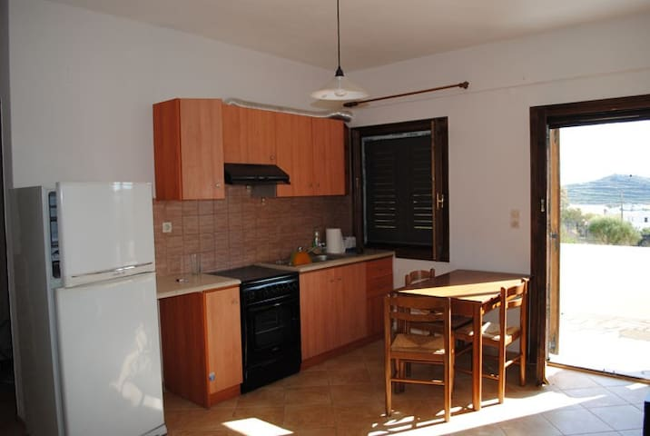 Nice house in a quiet place terrace view 5 people. - Syros - Departamento