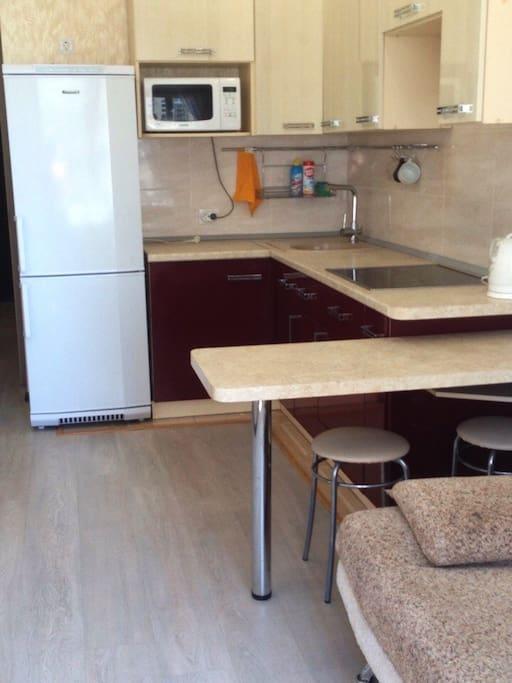 Кухня с барным столиком.