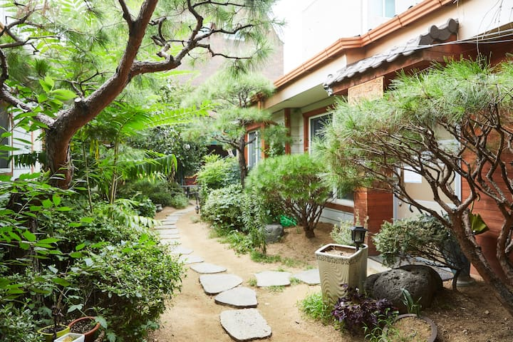 Comfortable twin room in the garden_Itaewon