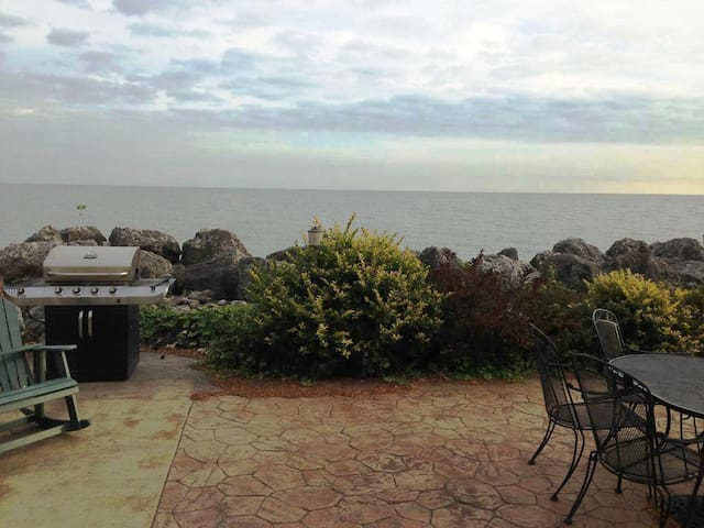 SHELLSEEKER - 4 BED 2 BATH LAKE ERIE FRONT BEACH.