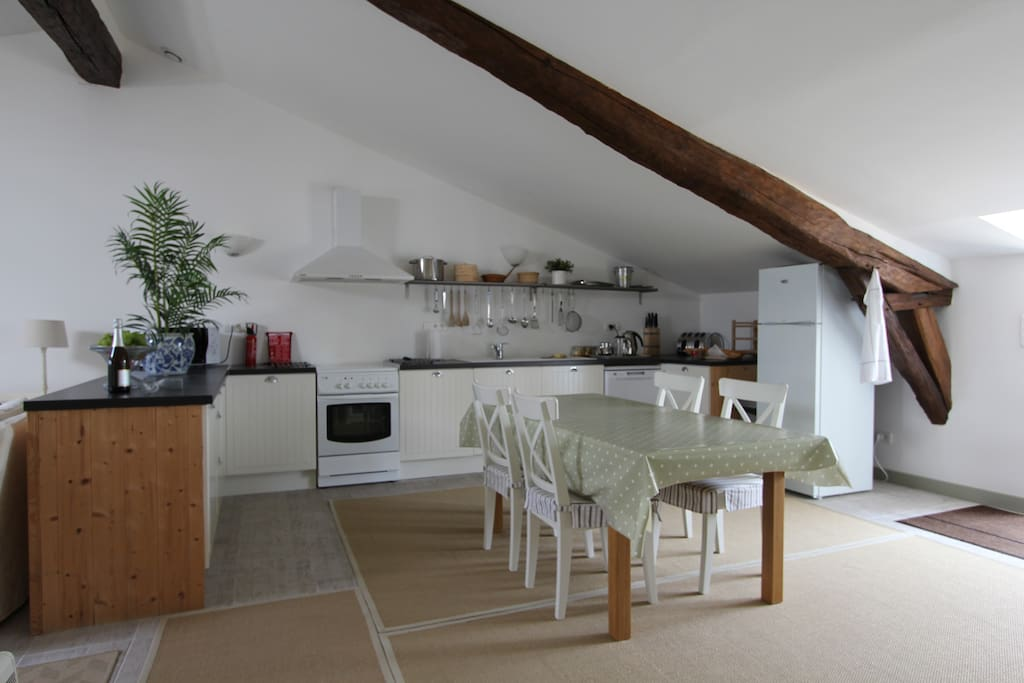 The light, spacious and fully equipped kitchen with seating for six