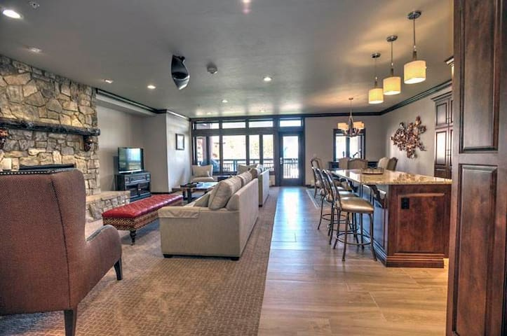Ski-in/ski-out condo in the heart of Lionshead, shared pool/hot tubs