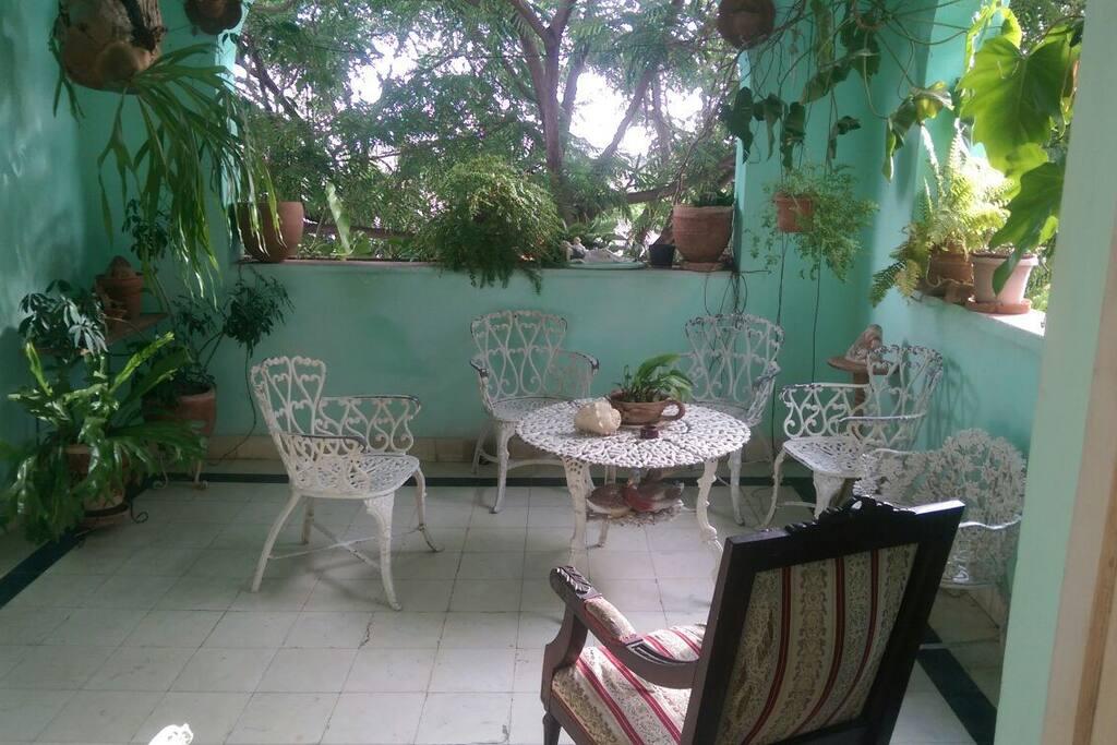 Terraza de la casa donde podrás degustar de un aromático café cubano.