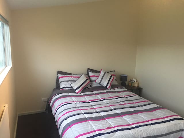 Private Sleep Out Close to Airport - Palmerston North