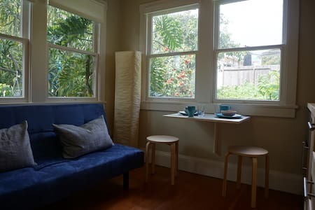 Hideaway filled with light & central location - Oakland - Lejlighed