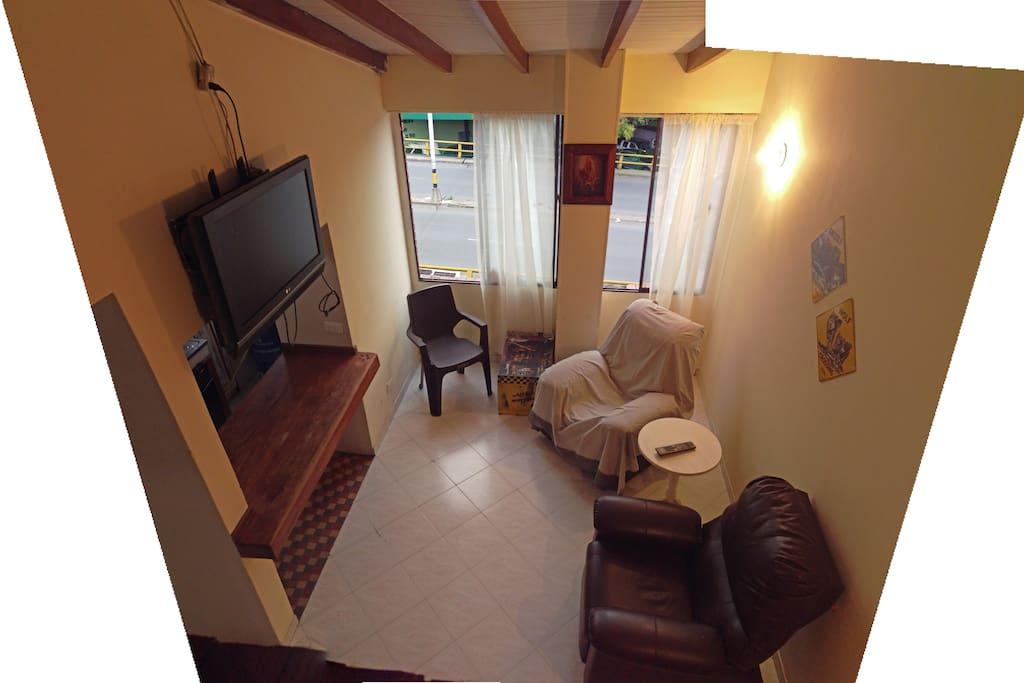 sala de estar, equipada con dos sillones reclinables y un televisor con cable parabolica y hdmi para conectar sus aparatos electronicos
