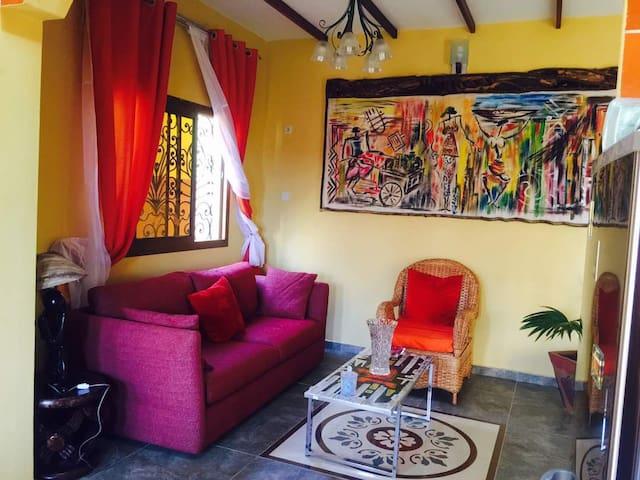 Villa jaune à Yaounde 1