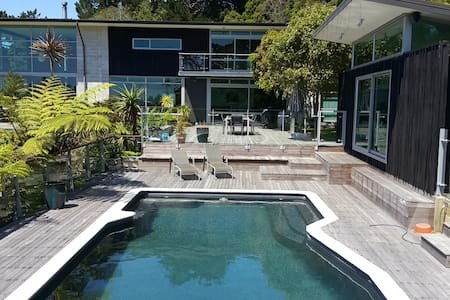 Red Room, Gym and Pool near Piha - Auckland - Rumah