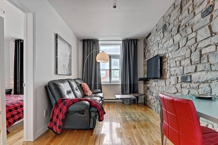 Suite 15 Old-Qc 1BR APT, balcony, parking $