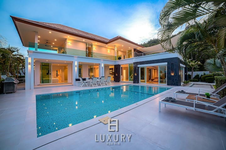 Luxury 4 Bedroom Pool Villa with Stunning Views!