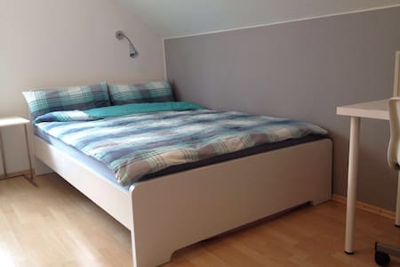 Renoviertes&neu möbliertes Zimmer - Huis