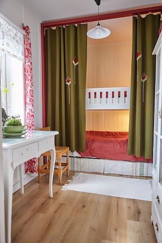Sovrum med våningssäng och skrivbord