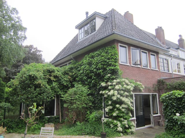 Riant hoekhuis met grote tuin,ideaal voor gezinnen - Bussum - Departamento