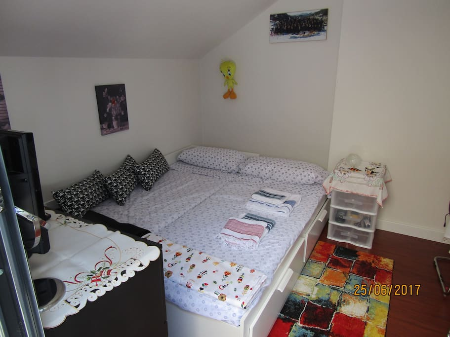 Sofá cama de 2 plazas con cajonera, ropa de blanco, calefacción radiante en invierno y ventilador en verano. Si necesitas colgar tu ropa, disponemos de vestidor compartido.