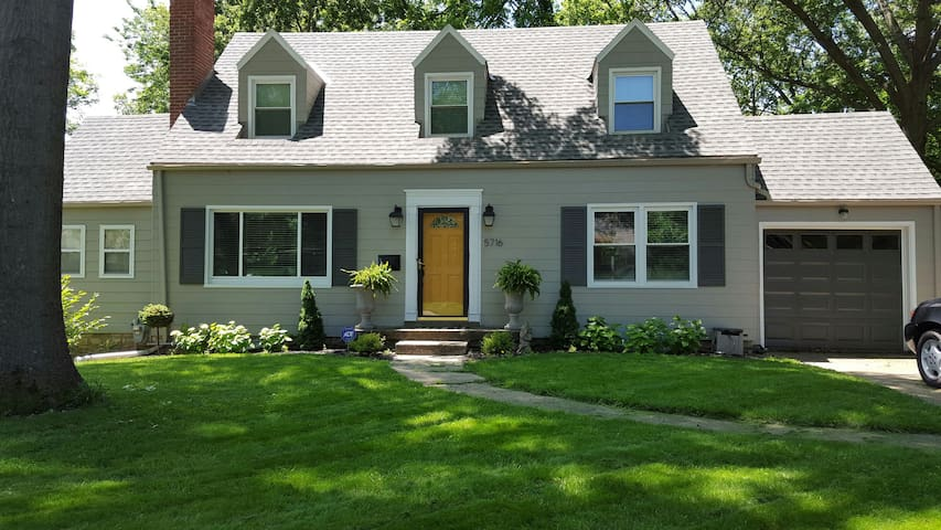 Charming Cape Cod, Central Location - Roeland Park - Casa