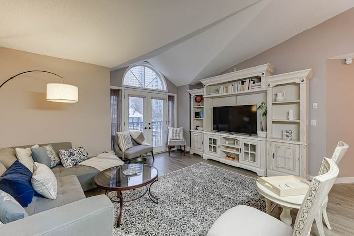 ⚡Stylish 2 BR  Home in Downtown Edmonton⚡