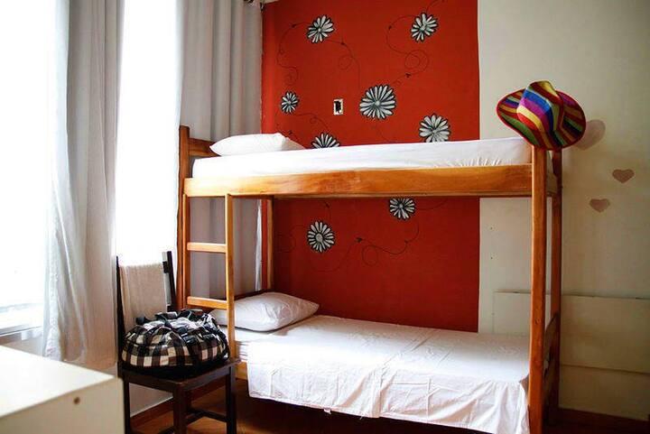 Vem morar no Books, o hostel do Albergue Carioca