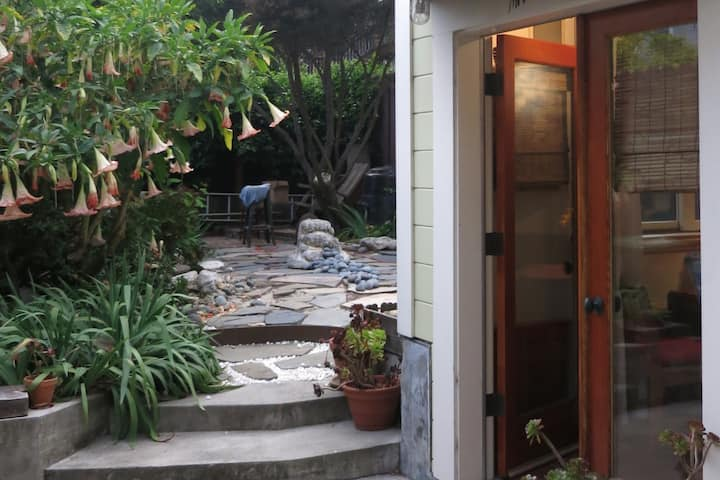 Completely Private Charming Peaceful Garden Cabin