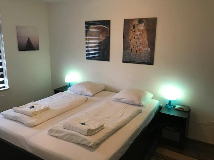 Large private kingsize bedroom close 2 city center