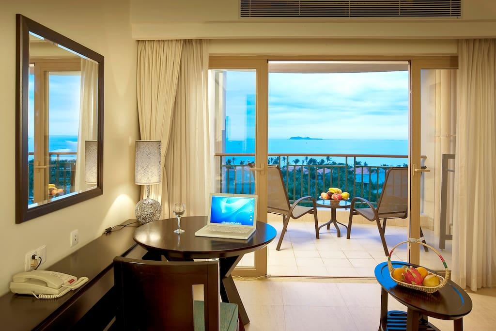 270度蜜月海景房客厅区域及阳台景观