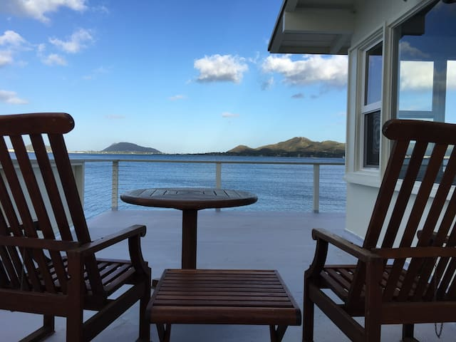 Just listed Ocean front relaxation. - Kaneohe - House