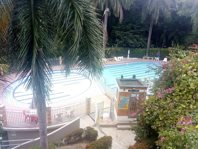 Casa con jacuzzi en condominio con piscinas