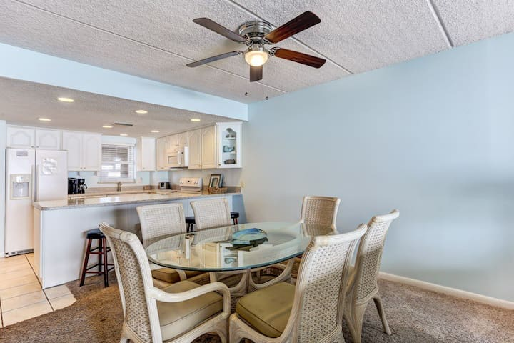 Chair,Furniture,Ceiling Fan,Indoors,Table