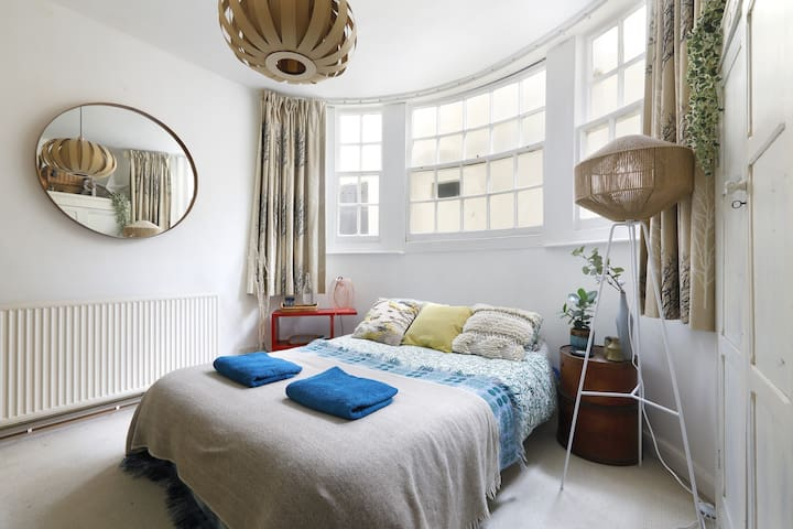 Beautiful Double Room in an apartment by the sea