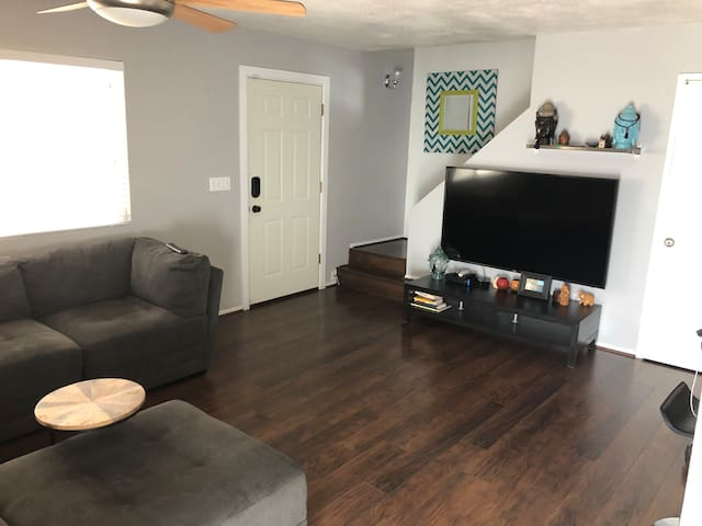 Mountain hikes condo nestled in central Phx.