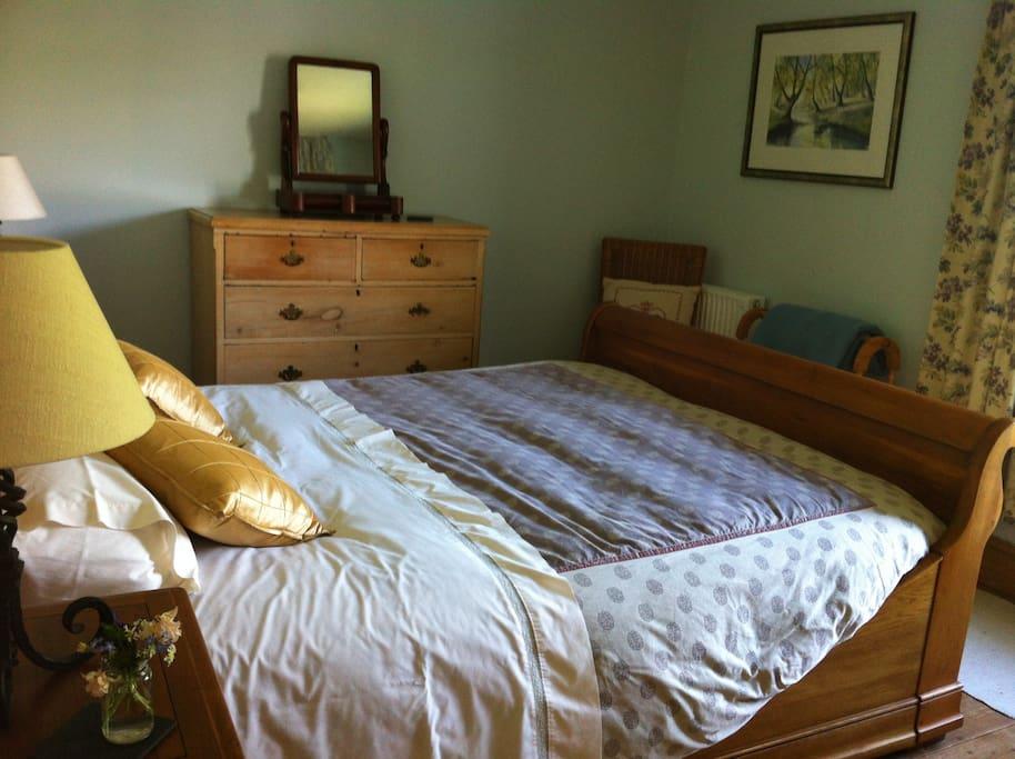 Bedroom 1 super kingsize sleigh bed.