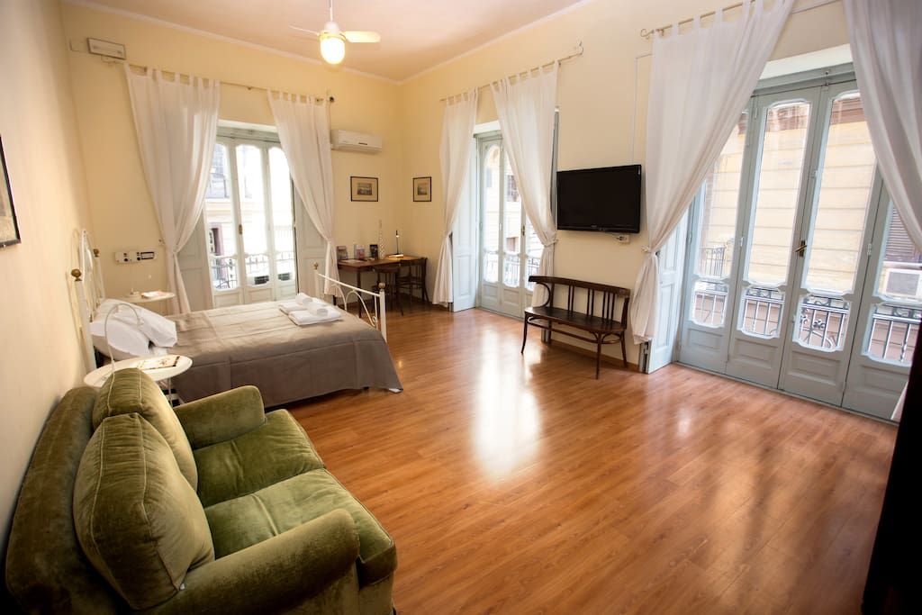 City center convenient apartment iii nana group apartments for rent in napoli campania italy for Rent a center living room groups