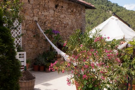 Room in rustic old country place on hill near sea - Andora - Bed & Breakfast