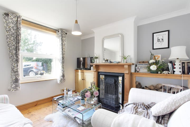 Spacious room in a cosy home - Castlethorpe - Casa